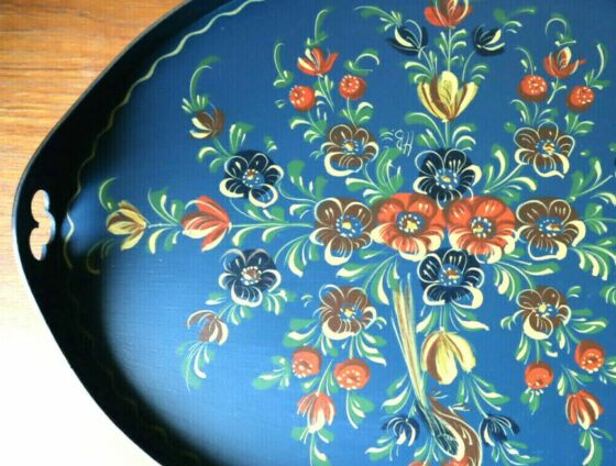 showcasing Hindeloopen art on a wooden tray