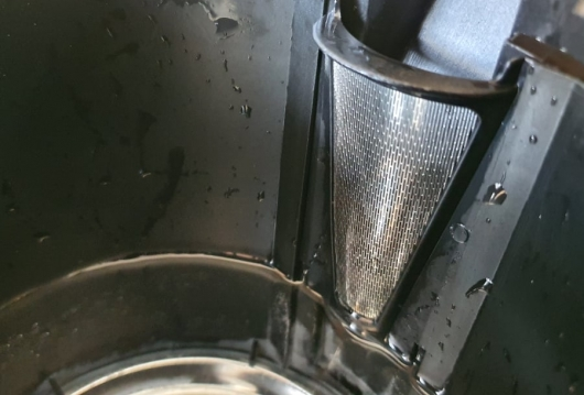 metalic filter grill inside electric kettle